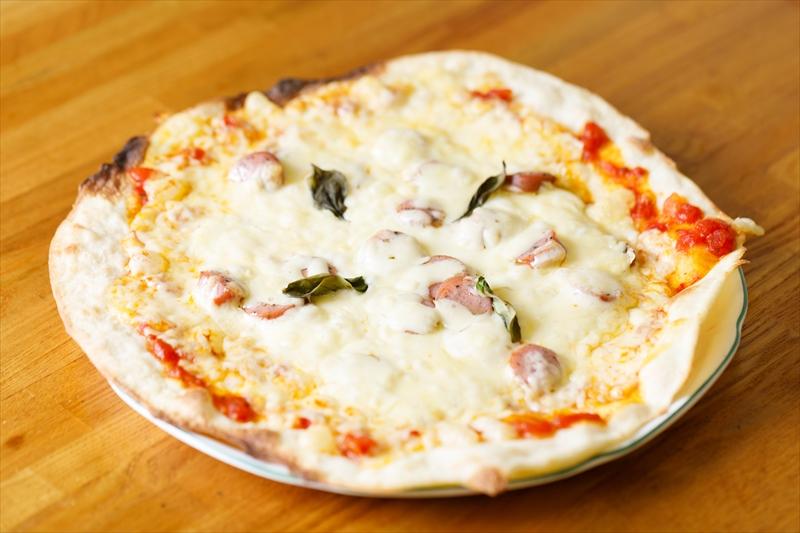 マッシュルームとバジルソーセージのピザ